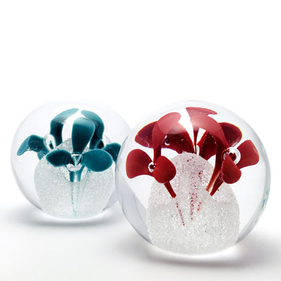 Unique Bohemia Glass pieces. Choose from an offer of several sets of coloured glass paperweights decor 04.